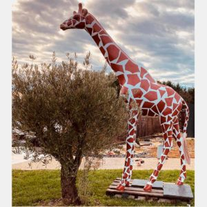 Girafe naturelle avec tâches marrant résine